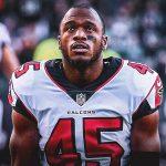 Firma Deion Jones extensión con los Falcons